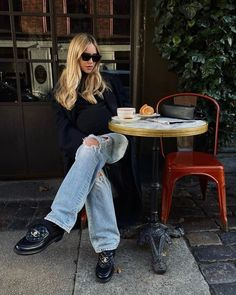 The Anti-Skinny Jean Trend That's Back and Cooler Than Ever Outfits Jeans, Ripped Jeans Outfit, Jeans And Sneakers, Ripped Denim, Black Loafers Outfit, Fashion Outfits, Fashion Trends, Chanel Loafers, Vestidos