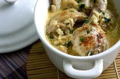 Poulet à la crème: un poulet de 1,5 Kg,  2 briques de crème fraiche, 250 g de champignons de Paris, 50 g de beurre, 3 gousses d'ail, 1 gros oignon, de l'huile d'olive, 1 verre de vin blanc, 1 verre de bouillon de poulet, 1 bouquet garni, persil, sel, poivre