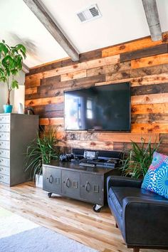 House of Turquoise: Jeff Eyser love this reclaimed wood wall House Of Turquoise, Piece A Vivre, Craftsman Bungalows, Cabinet Decor, Cabinet Furniture, Furniture Design, Silver Lake, Apartment Therapy, House Tours