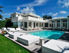 El precio $11 M , en Miami y pertenece a Shakira .