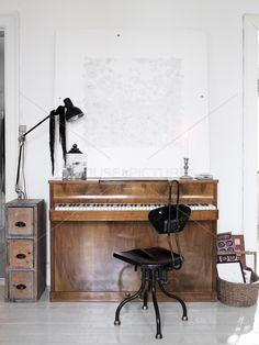 Old wood piano and black metal chair. Industrial Interiors, Industrial Living, Industrial Style, Decorating A New Home, Home Decor, Interior Inspiration, Design Inspiration, Interior Styling, Interior Design