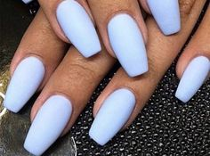 """Exit white, coral or nude! This summer, the """"Baby Blue"""" that imposes itself on our nails. A soft pastel manicure that they dress our hands are tanned or not! Pastel Blue Nails, Blue Gel Nails, Baby Blue Nails, Glitter Gel Nails, Green Nails, Purple Nails, Two Color Nails, Smart Nails, Cute Summer Nails"""