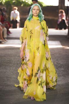 Valentino Spring 2021 Ready-to-Wear Collection - Vogue New York Fashion, Milano Fashion Week, Runway Fashion, Spring Fashion, Fashion Beauty, Fashion Outfits, Milan Fashion, Valentino, Hippie Chic