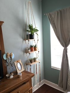 Handmade bohemian Macrame and Cedar Hanging Shelf von EarthTonix