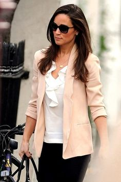 Pippa Middleton Photo - Pippa pops out