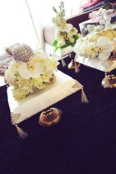 Pakai board gabus. Potobg mengiring. Balut dengan kain satin. Bunga 1-2 jambangan utk 1 dulang Glitter Wedding, Wedding Bells, Wedding Events, Wedding Gifts, Weddings, Javanese Wedding, Malay Wedding, Wedding Doors, Wedding Engagement