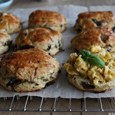 """Mektige scones med løk og sopp. Passer perfekt til """"sunday brunch"""", sen frokost, lunch on the go, kveldsmat - når du trenger noe godt i magen midt på dagen."""