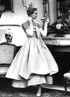 New moda vintage dior haute couture Ideas Moda Vintage, Vintage Vogue, Vintage Dior, Vintage Couture, Vintage Glamour, Vintage Beauty, Vintage Dresses, Vintage Outfits, Balenciaga Vintage