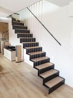 Découvrez notre sélection d'escaliers, dans laquelle les matières nobles se mêlent à l'originalité des conceptions. Désormais l'escalier doit être capable d'enrichir la beauté d'un lieu par sa seule présence. Zoom sur 7 réalisations coup de coeur !  #ideesrenovation #escaliercontemporain #escalierboisetmetal #gardecorpsenverre #escalieraerien #projetescalier #monescaliersurmesure #metaldesign