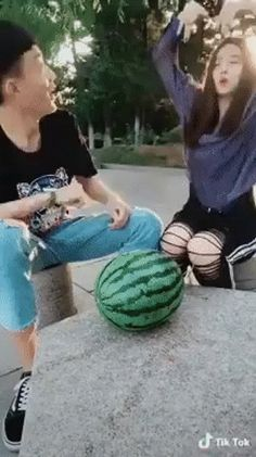 The Watermelon Trick! - So Funny Epic Fails Pictures Haha Funny, Funny Cute, Funny Memes, Hilarious, Funny Tweets, Funny Gifs, Cut Watermelon, Baguio, Just For Laughs
