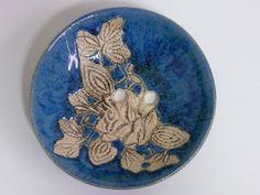 Okrągła niebieska ceramiczna mydelniczka z motywem kwiatów Wymiary: średnica 9,5 wysokość 2 cm Tworzywo - Krzysia Owczarek