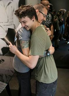 Chester loved people, that's very obvious in all these beautiful photos ❤
