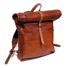 The Rolltop Backpack by John Woodbridge in vintage leather brown color. You will breath the great outdoors and recover the spirit of adventure with this retro authentic bag which will take a nice dark patina with time. - Dimensions (closed) : 60 x 32 x 9 cm - Dimensions (open) :