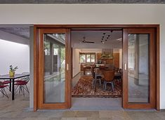 Krishnan house was completed in 2015 by Khosla Associates in Bengaluru, India. The sft site of the Krishnan house had . Modern Tropical House, Tropical House Design, Tropical Houses, Window Design, Door Design, Saint Claude, Courtyard House Plans, Model House Plan, Indian Homes