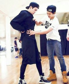 Suga - Jimin-Making sure your boyfriend looks good. Seokjin, Kim Namjoon, Kim Taehyung, Foto Bts, Bts Bangtan Boy, Bts Jimin, Bts Boys, Taekook, K Pop