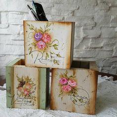 Decoupage, Ideas Para, Diy And Crafts, Planter Pots, Art Deco, Vintage, Instagram, Country, Crates