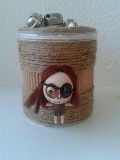 Altered pringles box. With jute and cute little doll. Pringles doosje met jute draad en poppetje. Gift box. Cadeau doosje.