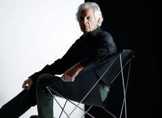 Pierre Paulin, designer français. La particularité de son design réside dans les matériaux utilisés pour la fabrication des sièges. Ceux-ci sont rembourrés de mousse et habillés avec un tissu élastique, appelé « jersey ».