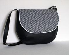 Besace en simili cuir noir et tissu motif asanoha : Sacs bandoulière par au-fil-de-syl