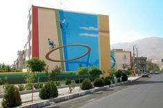 Artista y diseñador iraní Mehdi Ghadyanloo está iluminando la ciudad de Teherán de una pared a la vez. Con la bendición del municipio, Ghadyanloo y su compañía de pintura mural del cielo azul de pintores transforman, paredes grises en blanco en impresionantes obras de gran escala de arte.