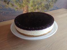Cremet og utrolig lækker cheesecake med blåbærgele og friske blåbær.
