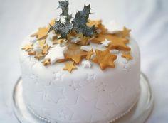 Pour terminer le repas de Noël en beauté, découvrez cette recette de dessert au chocolat ! Pour préparer ce gâteau, il vous faudra : de la pâte d'amande blanche, du chocolat, du beurre mou, de la poudre d'amandes, du sucre en poudre, du sucre glace, de la farine et des œufs.