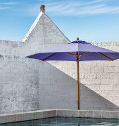 ethimo parasol moderne design bois  structure en bois taile bleu violet  bord d'une piscine  sun umbrella  umbrellone  parasol contemporain