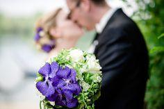 Nach der wundervollen Trauung folgte ein schönes Brautpaarshooting an einem See. #Brautstrauß #Brautpaar #Hochzeit www.mama-wedding.de
