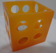 Luminária laranja quadrada.
