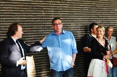 Carl Emanuel Wolff hat Recht behalten. Zu seiner Ausstellungseröffnung am 7. Juli 2011 im LehmbruckMuseum ist wirklich das Schneewittchen gekommen. Und eine ganze Reihe vielleicht ein wenig irritierter, aber begeisterter Besucher. Besonders gefreut haben wir uns, dass auch Reiner Ruthenbeck darunter war, ein Künstler, den wir sehr schätzen und der vor einigen Jahren selbst im LehmbruckMuseum ausgestellt hat.