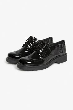 We're pretty sure you're going to #monkistyle and babe up these shiny classic oxford shoes ur way. colour: Black magic Heel height: 3,5 cm