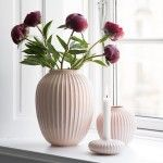 Kählers nye designer-vase i Hammershøi-serien i sart rosa, fremhæver på smukkeste vis dine friske blomster – men fungerer også som designobjekt alene.