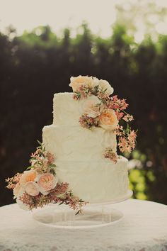 Classic floral wedding cake. Photo: Alixann Loosle Cake: Cakes de Fleur