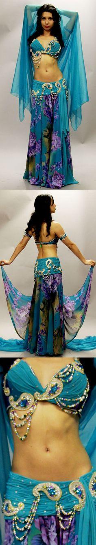 Azul con arabescos y falda estampada.
