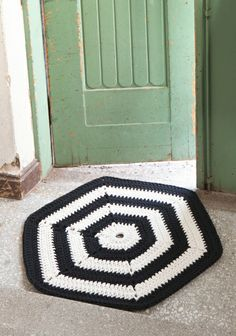 Virkattu Hexagon-matto by Molla Mills Diy Crochet Rug, Crochet Table Mat, Crochet Carpet, Crochet Home, Crochet Doilies, Crochet Patterns, Crochet Decoration, Fabric Rug, Diy Dollhouse