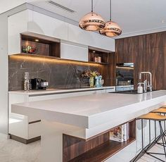 """1,013 Likes, 7 Comments - Arquitetura e decoração (@chiquedecor) on Instagram: """"Amei os revestimentos e os contrastes dessa cozinha. Amo branco com madeira! ❤❤❤ Projeto: Webb &…"""""""