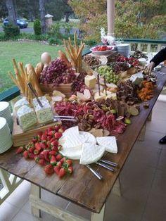 Mesa de queso y frutas
