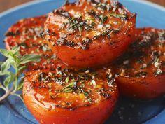 Gegrillte Kräutertomaten ist ein Rezept mit frischen Zutaten aus der Kategorie … Grilled Herb Tomato is a recipe with fresh ingredients from the fruit vegetable category. Try this and other recipes from EAT SMARTER! Grilling Recipes, Vegetable Recipes, Vegetarian Recipes, Cooking Recipes, Healthy Recipes, Snacks Recipes, Vegetarian Grilling, Vegan Barbecue, Grilled Tomatoes