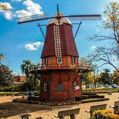 A pequena cidade de Carambeí de colonização holandesa, possui o simpático moinho do artesão, além de belas paisagens rurais! Conheça esse lugar encantador! Foto: @viajantedepressao.