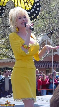 so pretty in Yellow Best Country Singers, Country Music, Dolly Parton Costume, Dolly Parton Pictures, Dolly Parton Quotes, Beautiful Old Woman, Hello Dolly, Celebs, Celebrities