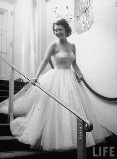Fashion Vintage Prom New Ideas Vintage Prom, Vintage 1950s Dresses, Vintage Mode, Vintage Bridal, Vintage Glamour, Vintage Ladies, Vintage Hats, Vintage Style, 50s Prom Dresses