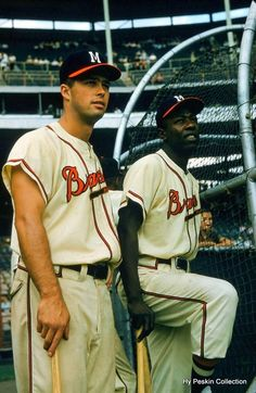 Between 1954 and 1966 Eddie Mathews and Braves teammate Hank Aaron hit 863 home runs (Aaron Mathews moving ahead of the Yankees duo of Babe Ruth and Lou Gehrig as the all-time leaders in major league history. TOP 1 league of legends player Baseball Classic, Baseball Star, Braves Baseball, Baseball Photos, Baseball Players, Baseball Cards, Sports Photos, Mlb Players, Softball
