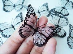 Kit com 10 unidades de borboletas transparentes* com glitter.  O toque de brilho perfeito para o seu bouquet de noiva.  ATENÇÃO: As asas das borboletas são TRANSPARENTES, e apenas os veios e bordas possuem cor - preto. O brilho fica por conta do glitter aplicado na borboleta.  Impressas á laser em polipropileno. Resistente ao sol e à chuva. São auto adesivas, basta retirar o papel protetor e pressionar bem ao aplicá-la no local desejado.  Durabilidade: - exposição contínua o sol e chuva…