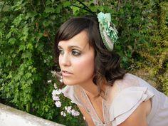 Anne Poupée: forest nymph. Tocado base beig y verde con flor plisada. #tocados #novias #invitadas Base, Crown, Jewelry, Fashion, Flower, Headpieces, Brides, Green, Corona