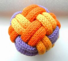 Instant love for this 3-colored balls. Looks so sophisticated. But is so easy. Talk about a versatility: Make these hand-knit balls in raffia, hemp, or nat
