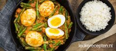 Indonesisch gerecht van gekookte eieren in een licht pittige saus met sperziebonen