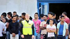 Bundeskanzlerin besucht Flüchtlingsunterkunft Heidenau. Verstehe nur eines nicht. Gruppenfoto OK, doch wo ist hier #Merkel