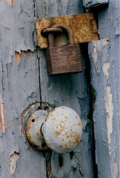 66 Ideas For Rustic Door Handles Peeling Paint Old Door Knobs, Door Knobs And Knockers, Knobs And Handles, Door Handles, Old Doors, Windows And Doors, Old Keys, Peeling Paint, Rustic Doors