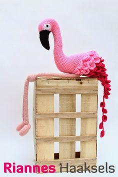 Eindelijk mooie foto's van de flamingo! Ik maakte deze leukerd al af voor de kerst maar we waren er nog niet eerder aan toe gekomen om fo...