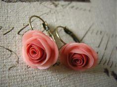 Náušnice s ručne modelovanými ružami z polymérnej hmoty  v jemnom marhuľovom odtieni  so staromosadzným francúzskym zapínaním